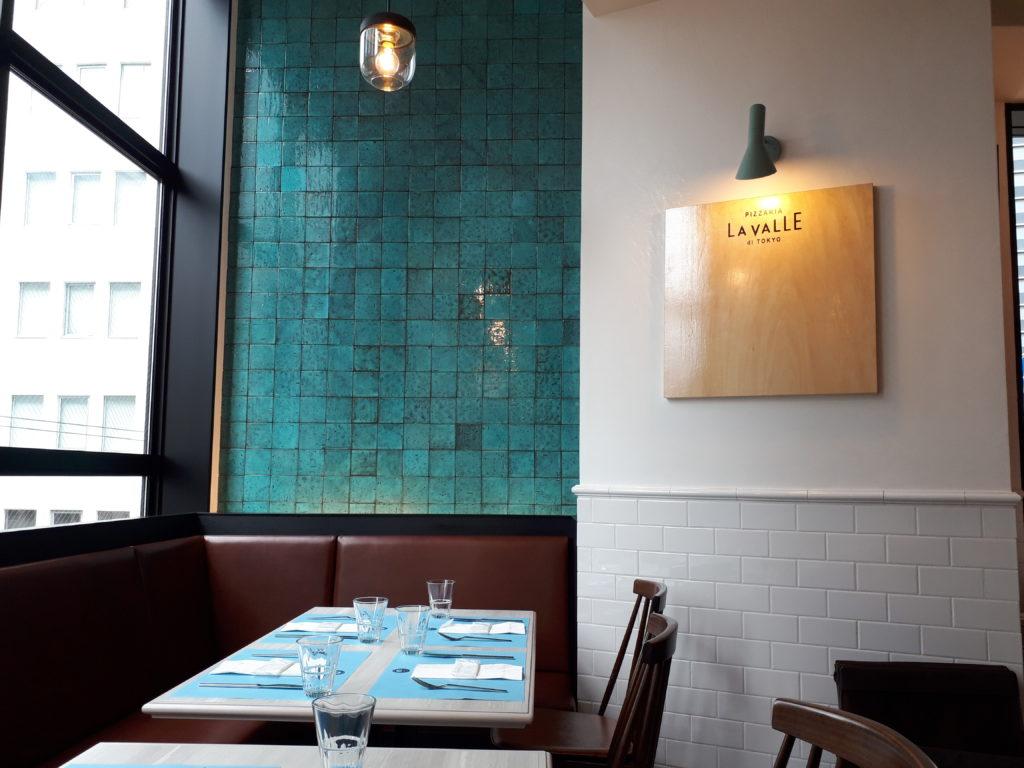 レストランの店内の椅子やテーブル