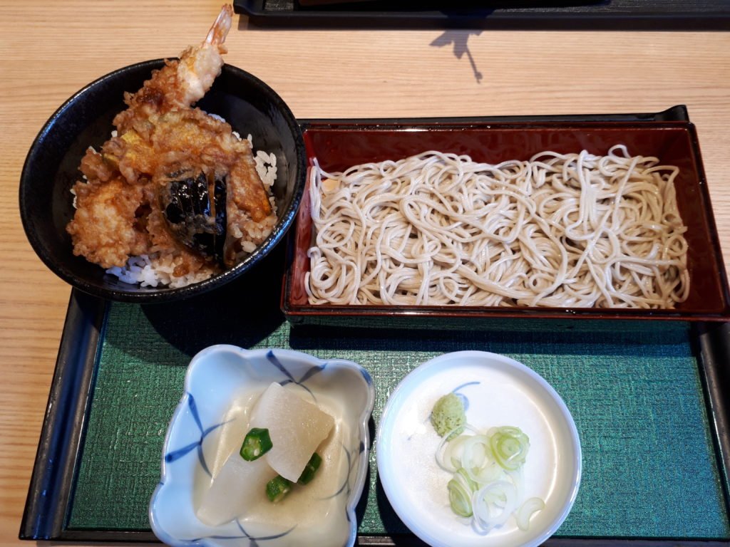 天丼と漬物とお蕎麦のランチセットの写真