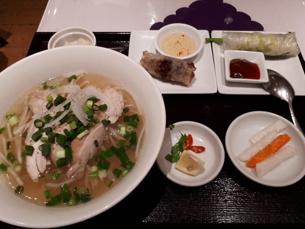 ベトナム料理のフォーや生春巻きのセット